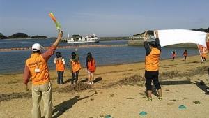 島に到着する鈴木英敬知事に手を振る子ども達