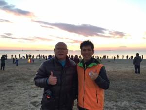 3級ライセンス指導員 井上さんと、2級ライセンス指導員 『鬼せんせ~』トミーで、海岸清掃の準備をお手伝い